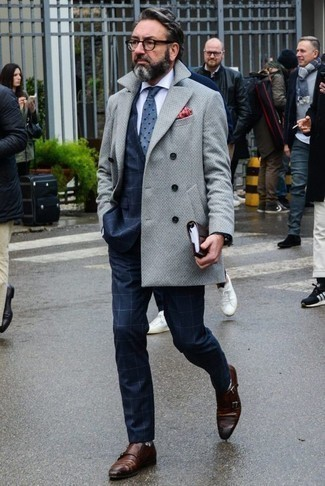 Dunkelbraune Lederuhr kombinieren: trends 2020: Für ein bequemes Couch-Outfit, entscheiden Sie sich für einen grauen Mantel und eine dunkelbraune Lederuhr. Fühlen Sie sich mutig? Vervollständigen Sie Ihr Outfit mit braunen Doppelmonks aus Leder.