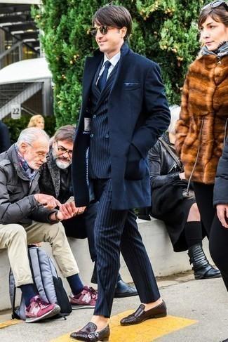 Businesshemd kombinieren für Herbst: trends 2020: Kombinieren Sie ein Businesshemd mit einem dunkelblauen Mantel, um vor Klasse und Perfektion zu strotzen. Dieses Outfit passt hervorragend zusammen mit dunkelbraunen geflochtenen Leder Slippern. Dieser Look eignet sich super für die Übergangszeit.