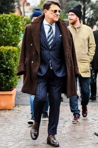 Businesshemd kombinieren für Herbst: trends 2020: Erwägen Sie das Tragen von einem Businesshemd und einem dunkelbraunen Mantel für eine klassischen und verfeinerte Silhouette. Schalten Sie Ihren Kleidungsbestienmodus an und machen dunkelbraunen Leder Oxford Schuhe zu Ihrer Schuhwerkwahl. Der Look wird zu Herbst pur.