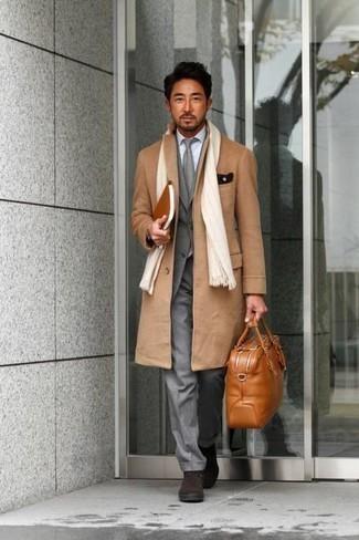 Rotbraune Shopper Tasche aus Leder kombinieren: trends 2020: Ein camel Mantel und eine rotbraune Shopper Tasche aus Leder sind eine gute Outfit-Formel für Ihre Sammlung. Fühlen Sie sich ideenreich? Entscheiden Sie sich für dunkelbraunen Chelsea Boots aus Wildleder.