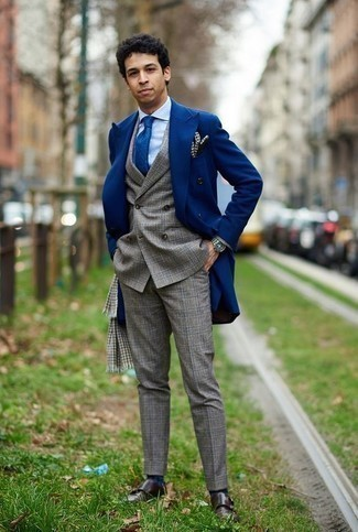 Grauen Schal mit Hahnentritt-Muster kombinieren – 6 Herren Outfits: Paaren Sie einen blauen Mantel mit einem grauen Schal mit Hahnentritt-Muster für einen entspannten Wochenend-Look. Fühlen Sie sich ideenreich? Vervollständigen Sie Ihr Outfit mit dunkelbraunen Doppelmonks aus Leder.