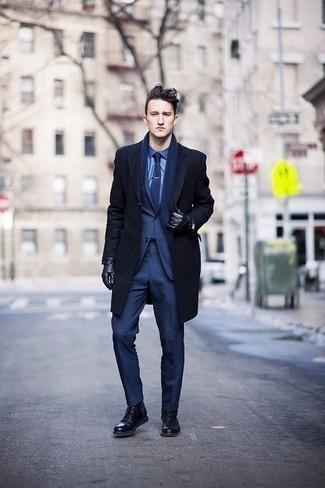 Herren Outfits & Modetrends 2020 für Winter: Tragen Sie einen dunkelblauen Mantel und einen dunkelblauen Anzug, um vor Klasse und Perfektion zu strotzen. Wenn Sie nicht durch und durch formal auftreten möchten, entscheiden Sie sich für eine schwarze Lederfreizeitstiefel. Dieses Outfit ist ideal für den Winter geeignet.