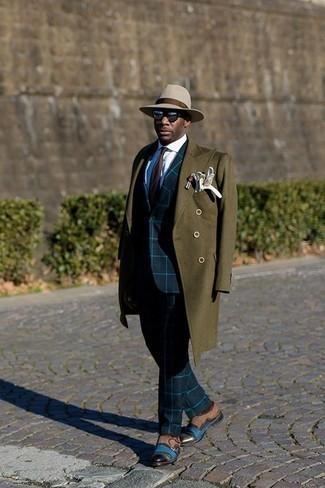 Dunkelbraune Krawatte kombinieren: trends 2020: Kombinieren Sie einen olivgrünen Mantel mit einer dunkelbraunen Krawatte, um vor Klasse und Perfektion zu strotzen. Fühlen Sie sich mutig? Vervollständigen Sie Ihr Outfit mit braunen Doppelmonks aus Wildleder.