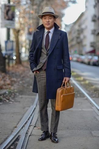 Dunkelbraune Doppelmonks aus Leder kombinieren: trends 2020: Kombinieren Sie einen dunkelblauen Mantel mit einem grauen Wollanzug für eine klassischen und verfeinerte Silhouette. Fühlen Sie sich mutig? Ergänzen Sie Ihr Outfit mit dunkelbraunen Doppelmonks aus Leder.