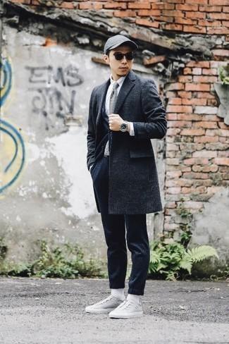 Graue Strick Krawatte kombinieren – 40 Herren Outfits: Erwägen Sie das Tragen von einem dunkelgrauen Mantel mit Schottenmuster und einer grauen Strick Krawatte, um vor Klasse und Perfektion zu strotzen. Fühlen Sie sich mutig? Komplettieren Sie Ihr Outfit mit grauen Segeltuch niedrigen Sneakers.
