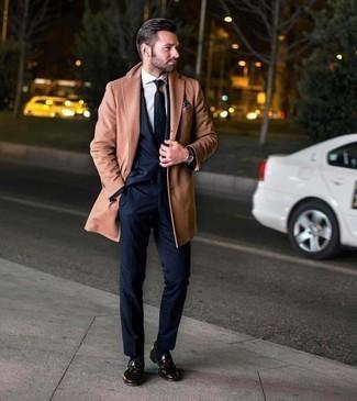 Dunkelblaues und weißes gepunktetes Einstecktuch kombinieren – 195 Herren Outfits: Ein camel Mantel und ein dunkelblaues und weißes gepunktetes Einstecktuch sind das Outfit Ihrer Wahl für faule Tage. Setzen Sie bei den Schuhen auf die klassische Variante mit dunkelbraunen Leder Slippern mit Quasten.