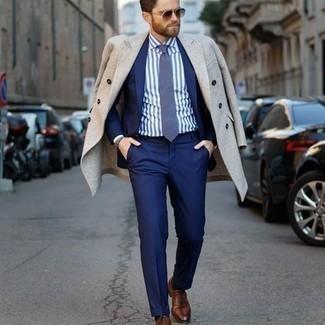 Dunkelbraune Lederuhr kombinieren – 500+ Herren Outfits: Für ein bequemes Couch-Outfit, vereinigen Sie einen beigen Mantel mit einer dunkelbraunen Lederuhr. Fühlen Sie sich mutig? Wählen Sie braunen Leder Oxford Schuhe.
