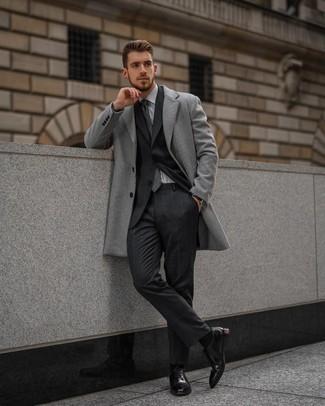 Dunkelgraue Krawatte mit Schottenmuster kombinieren – 51 Herren Outfits: Kombinieren Sie einen grauen Mantel mit einer dunkelgrauen Krawatte mit Schottenmuster für eine klassischen und verfeinerte Silhouette. Dieses Outfit passt hervorragend zusammen mit schwarzen Leder Oxford Schuhen.