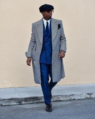 Dunkelblaue Socken kombinieren – 500+ Herren Outfits: Für ein bequemes Couch-Outfit, entscheiden Sie sich für einen weißen und schwarzen Mantel mit Hahnentritt-Muster und dunkelblauen Socken. Fühlen Sie sich mutig? Ergänzen Sie Ihr Outfit mit schwarzen Leder Derby Schuhen.