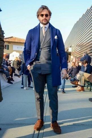 Braune Doppelmonks aus Wildleder kombinieren – 193 Herren Outfits: Paaren Sie einen dunkelblauen Mantel mit einem dunkelgrauen Anzug, um vor Klasse und Perfektion zu strotzen. Fühlen Sie sich mutig? Entscheiden Sie sich für braunen Doppelmonks aus Wildleder.