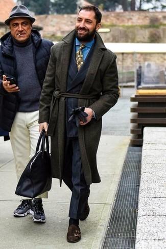 Handschuhe kombinieren – 500+ Herren Outfits: Paaren Sie einen dunkelgrünen Mantel mit Handschuhen für einen entspannten Wochenend-Look. Fügen Sie dunkelbraunen Doppelmonks aus Wildleder für ein unmittelbares Style-Upgrade zu Ihrem Look hinzu.