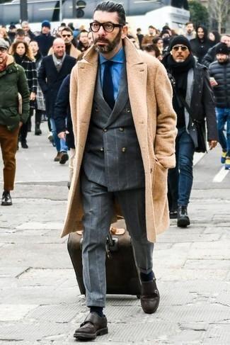 Dunkelbraunen Koffer kombinieren – 15 Herren Outfits: Ein camel Mantel und ein dunkelbrauner Koffer sind das Outfit Ihrer Wahl für faule Tage. Vervollständigen Sie Ihr Outfit mit dunkelbraunen Doppelmonks aus Leder, um Ihr Modebewusstsein zu zeigen.