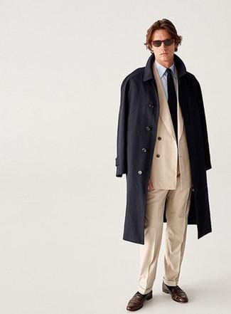 Schwarzen Mantel kombinieren – 183 Elegante Herren Outfits: Kombinieren Sie einen schwarzen Mantel mit einem hellbeige Anzug für einen stilvollen, eleganten Look. Dunkelbraune Leder Slipper liefern einen wunderschönen Kontrast zu dem Rest des Looks.