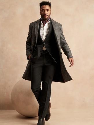 Weißes Businesshemd kombinieren – 161 Winter Herren Outfits: Erwägen Sie das Tragen von einem weißen Businesshemd und einem grauen Mantel mit Fischgrätenmuster für einen stilvollen, eleganten Look. Dieses Outfit passt hervorragend zusammen mit schwarzen Chelsea Boots aus Leder. Der Look ist mega für den Winter.