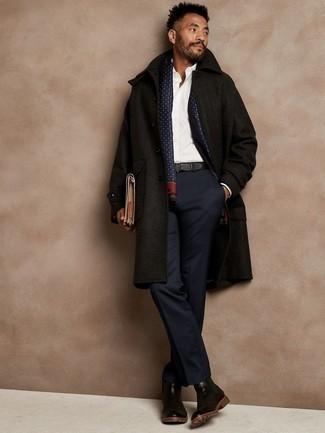 Weißes Businesshemd kombinieren – 161 Winter Herren Outfits: Kombinieren Sie ein weißes Businesshemd mit einem schwarzen Mantel, um vor Klasse und Perfektion zu strotzen. Ergänzen Sie Ihr Look mit schwarzen Chelsea Boots aus Leder. Ein trendiger Look für den Winter.