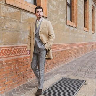 Weißes Businesshemd kombinieren – 500+ Herren Outfits: Kombinieren Sie ein weißes Businesshemd mit einem camel Mantel, um vor Klasse und Perfektion zu strotzen. Ergänzen Sie Ihr Look mit dunkelbraunen Wildleder Slippern mit Quasten.