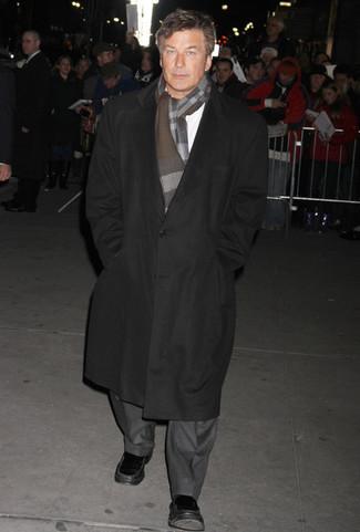 Wie kombinieren: schwarzer Mantel, grauer Anzug, weißes Langarmhemd, schwarze Leder Slipper