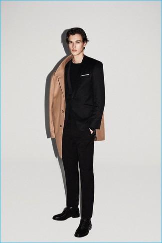 Wie kombinieren: camel Mantel, schwarzer Wollanzug, schwarzes Langarmshirt, schwarze Leder Derby Schuhe
