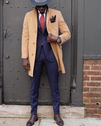 Schwarze Gummi Uhr kombinieren: Für ein bequemes Couch-Outfit, vereinigen Sie einen camel Mantel mit einer schwarzen Gummi Uhr. Dunkelbraune Leder Oxford Schuhe bringen klassische Ästhetik zum Ensemble.