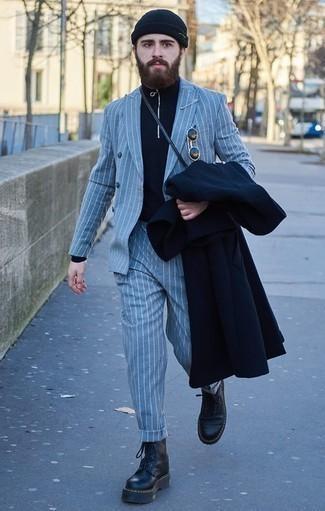 Dunkelblauen Pullover mit einem Reißverschluss am Kragen kombinieren: trends 2020: Vereinigen Sie einen dunkelblauen Pullover mit einem Reißverschluss am Kragen mit einem dunkelblauen Mantel, um einen modischen Freizeitlook zu kreieren. Fühlen Sie sich ideenreich? Komplettieren Sie Ihr Outfit mit schwarzen Lederarbeitsstiefeln.