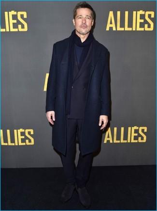 50 Jährige: Graue Chelsea Boots aus Wildleder kombinieren – 1 Elegante Herren Outfits: Vereinigen Sie einen dunkelblauen Mantel mit einem dunkelblauen Anzug für eine klassischen und verfeinerte Silhouette. Suchen Sie nach leichtem Schuhwerk? Komplettieren Sie Ihr Outfit mit grauen Chelsea Boots aus Wildleder für den Tag.