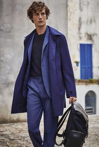 Wie kombinieren: dunkelblauer Mantel, blauer Anzug mit Schottenmuster, schwarzer Pullover mit einem Rundhalsausschnitt, dunkelblaues Businesshemd mit Schottenmuster