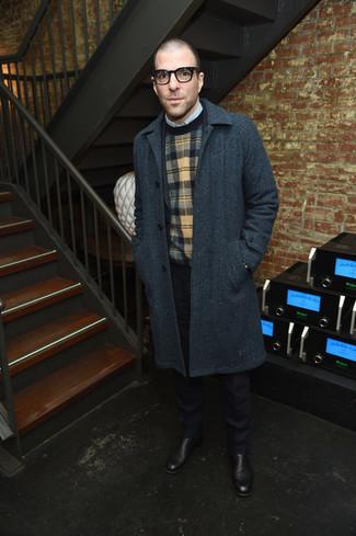 Wie kombinieren: dunkelgrauer Mantel, dunkelblauer Anzug, mehrfarbiger Pullover mit einem Rundhalsausschnitt mit Schottenmuster, hellblaues Langarmhemd
