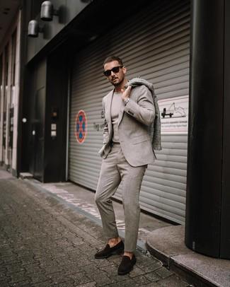 Wie kombinieren: grauer Mantel, hellbeige Wollanzug, hellbeige Pullover mit einem Rundhalsausschnitt, dunkelbraune Wildleder Slipper