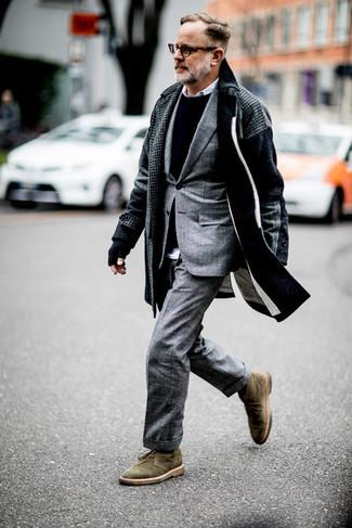 Herren Outfits & Modetrends: Erwägen Sie das Tragen von einem dunkelgrauen Mantel mit Hahnentritt-Muster und einem grauen Anzug mit Schottenmuster für einen stilvollen, eleganten Look. Fühlen Sie sich mutig? Komplettieren Sie Ihr Outfit mit olivgrünen Chukka-Stiefeln aus Wildleder.
