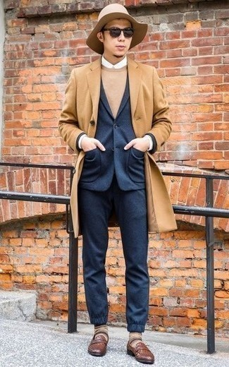 Camel Mantel kombinieren: trends 2020: Entscheiden Sie sich für einen camel Mantel und einen dunkelblauen Anzug, um vor Klasse und Perfektion zu strotzen. Wenn Sie nicht durch und durch formal auftreten möchten, vervollständigen Sie Ihr Outfit mit braunen geflochtenen Leder Slippern.