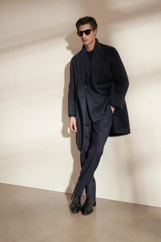 Schwarzen Mantel kombinieren – 183 Elegante Herren Outfits: Kombinieren Sie einen schwarzen Mantel mit einem dunkelblauen Anzug für eine klassischen und verfeinerte Silhouette. Wenn Sie nicht durch und durch formal auftreten möchten, vervollständigen Sie Ihr Outfit mit schwarzen Chelsea Boots aus Leder.