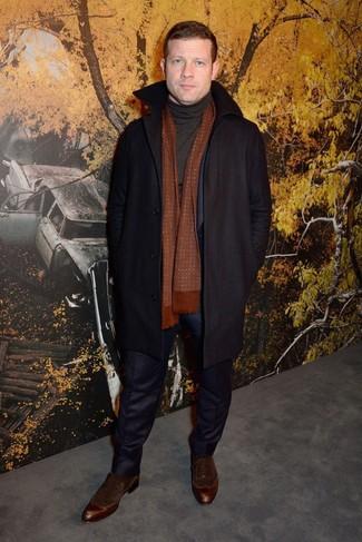 Wie kombinieren: schwarzer Mantel, dunkelblauer Anzug, schwarzer Rollkragenpullover, dunkelbraune Wildleder Oxford Schuhe