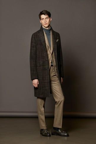 dunkelbrauner Mantel mit Schottenmuster, brauner Anzug mit Schottenmuster, grauer Rollkragenpullover, dunkelgraue Leder Slipper mit Quasten für Herren