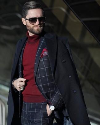 Wie kombinieren: schwarzer Mantel, dunkelblauer Anzug mit Karomuster, dunkelroter Rollkragenpullover, rotes bedrucktes Einstecktuch