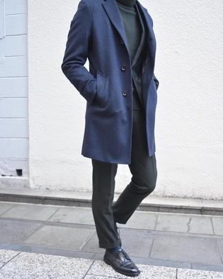 Wie kombinieren: dunkelblauer Mantel, dunkelgrauer Anzug, dunkelgrüner Rollkragenpullover, schwarze Leder Derby Schuhe