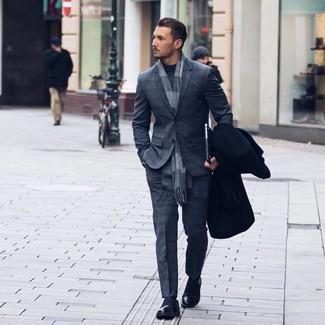 Wie kombinieren: schwarzer Mantel, dunkelgrauer Anzug mit Schottenmuster, dunkelgrauer Rollkragenpullover, schwarze Leder Slipper