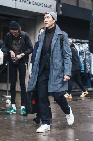 Graue Mütze kombinieren: Für ein bequemes Couch-Outfit, tragen Sie einen grauen Mantel mit Schottenmuster und eine graue Mütze. Vervollständigen Sie Ihr Outfit mit weißen Leder niedrigen Sneakers, um Ihr Modebewusstsein zu zeigen.