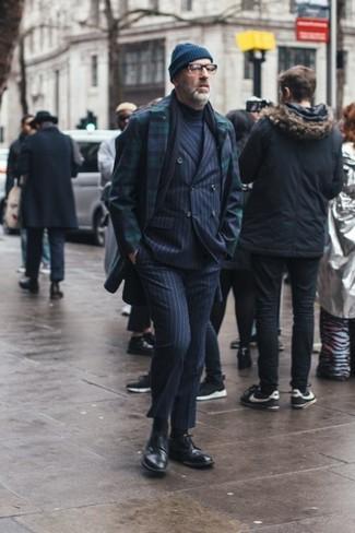 Dunkelblaue Mütze kombinieren: trends 2020: Ein dunkelblauer und grüner Mantel mit Schottenmuster und eine dunkelblaue Mütze sind eine gute Outfit-Formel für Ihre Sammlung. Entscheiden Sie sich für schwarzen Leder Brogues, um Ihr Modebewusstsein zu zeigen.