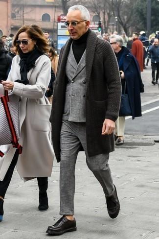 Dunkelgrauen Mantel kombinieren: trends 2020: Kombinieren Sie einen dunkelgrauen Mantel mit einem grauen Wollanzug mit Karomuster für eine klassischen und verfeinerte Silhouette. Schwarze Leder Derby Schuhe sind eine ideale Wahl, um dieses Outfit zu vervollständigen.