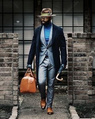 Braunen Wollhut kombinieren: trends 2020: Für ein bequemes Couch-Outfit, kombinieren Sie einen dunkelblauen Mantel mit einem braunen Wollhut. Fühlen Sie sich mutig? Entscheiden Sie sich für rotbraunen Leder Slipper.