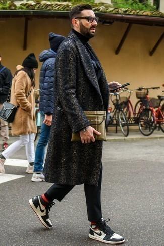 Dunkelblauen Anzug kombinieren: trends 2020: Tragen Sie einen dunkelblauen Anzug und einen dunkelblauen Mantel mit Fischgrätenmuster für eine klassischen und verfeinerte Silhouette. Weiße und dunkelblaue hohe Sneakers aus Leder leihen Originalität zu einem klassischen Look.