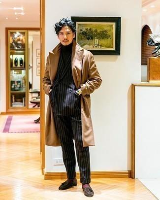 Schwarzen vertikal gestreiften Anzug kombinieren – 55 Herren Outfits: Entscheiden Sie sich für einen schwarzen vertikal gestreiften Anzug und einen camel Mantel für eine klassischen und verfeinerte Silhouette. Dunkelbraune Wildleder Slipper mit Quasten sind eine gute Wahl, um dieses Outfit zu vervollständigen.