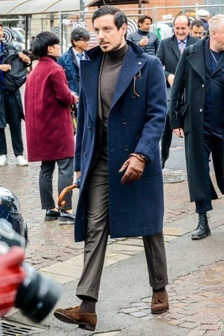 Handschuhe kombinieren – 500+ Herren Outfits: Ein dunkelblauer Mantel und Handschuhe sind eine perfekte Outfit-Formel für Ihre Sammlung. Fühlen Sie sich ideenreich? Wählen Sie braunen Wildleder Slipper mit Quasten.