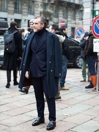 Dunkelblauen Anzug kombinieren – 500+ Herren Outfits: Tragen Sie einen dunkelblauen Anzug und einen dunkelblauen Mantel für einen stilvollen, eleganten Look. Suchen Sie nach leichtem Schuhwerk? Wählen Sie schwarzen Doppelmonks aus Leder für den Tag.