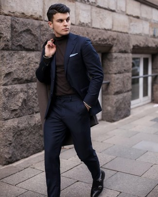 Graue Socken kombinieren – 500+ Herren Outfits: Ein dunkelbrauner Mantel und graue Socken sind eine perfekte Outfit-Formel für Ihre Sammlung. Fühlen Sie sich ideenreich? Vervollständigen Sie Ihr Outfit mit schwarzen Doppelmonks aus Leder.