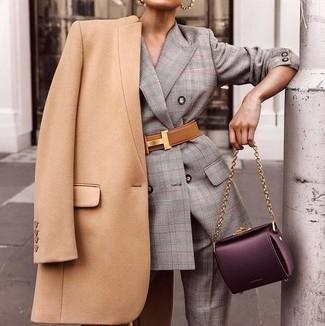 Wie kombinieren: beige Mantel, grauer Anzug mit Schottenmuster, dunkellila Satchel-Tasche aus Leder, beige Leder Taillengürtel