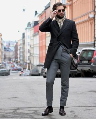 Herren Outfits & Modetrends: Geben Sie den bestmöglichen Look ab in einem schwarzen Mantel und einem grauen Anzug. Fühlen Sie sich mutig? Komplettieren Sie Ihr Outfit mit dunkellila Leder Slippern mit Quasten.