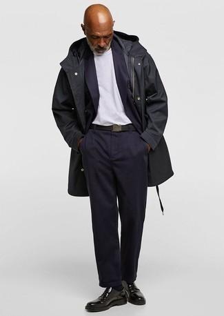Schwarzen Segeltuchgürtel kombinieren: trends 2020: Für ein bequemes Couch-Outfit, vereinigen Sie einen schwarzen Mantel mit einem schwarzen Segeltuchgürtel. Schalten Sie Ihren Kleidungsbestienmodus an und machen schwarzen Leder Derby Schuhe zu Ihrer Schuhwerkwahl.