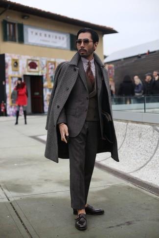 Wie kombinieren: dunkelbrauner Mantel mit Vichy-Muster, dunkelbrauner Anzug, dunkelbraune Weste, weißes und braunes Businesshemd mit Vichy-Muster