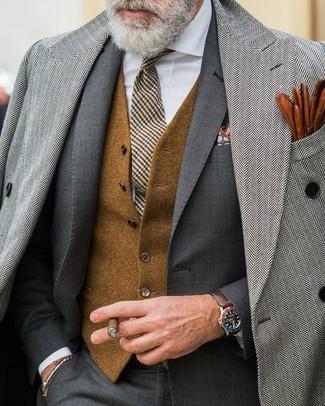 Wie kombinieren: grauer Mantel mit Fischgrätenmuster, dunkelgrauer Anzug, braune Wollweste, weißes Businesshemd